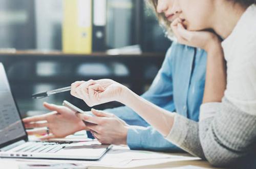 Collega's op pc kijken naar online planning
